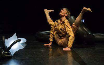 Pffhhh… – Ein Gummischlauchspiel | Eine Tanz- und Soundperformance für alle ab 3 Jahren